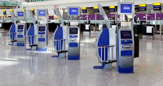 Máquinas para realizar el check-in en el aeropuerto de Heathrow