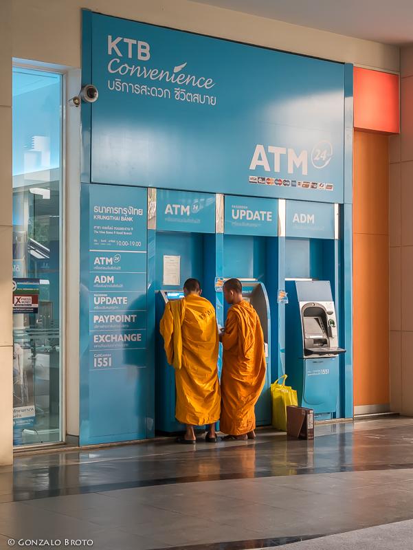 GONZALO BROTO | MEMORYSHOTS: Saffron robes: Buddhist monks