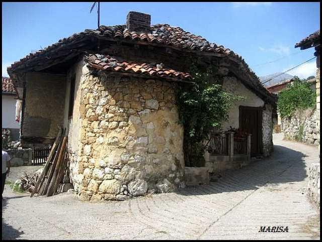 Horno rustico asturiano exterior adosado a la pared de la casa