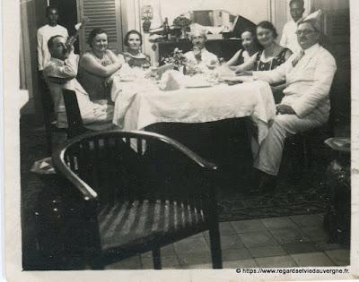 Photo noir et blanc ancienne :  repas en famille