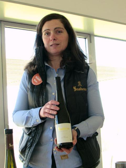 Enóloga apresentando o vinho da Quinta de Soalheiro