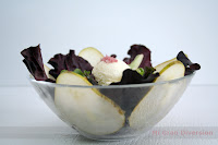 Ensalada con helado de queso y escamas de vino tinto