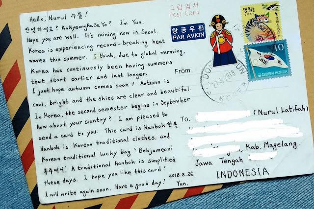 menulis kartu pos