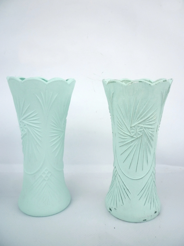 zwei Ornamentvasen mit selbstgemachter Kreidefarbe bemalt