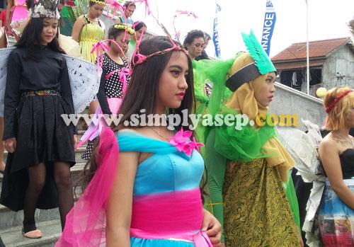 CANTIK : Dengan kostum bak putri cinderella, peerta ini menunjukkan gaya dan penampilannya buat pengunjung. Foto Asep Haryono/www.simplyasep.com