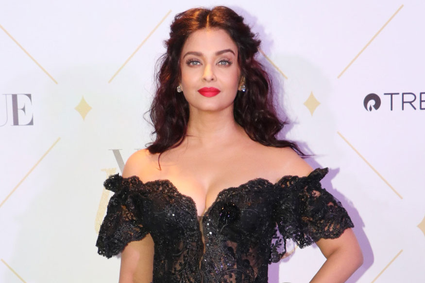 Aishwarya Rai Stunning Poses at Vogue Beauty Awards 2017 Event In Mumbai