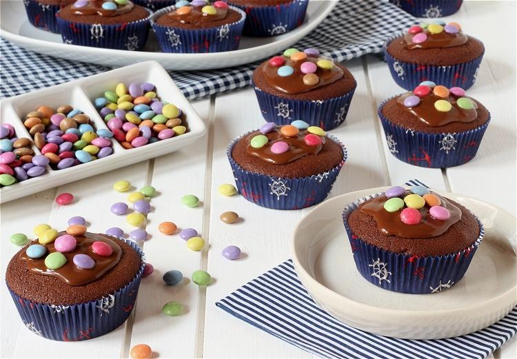 Pinata-Muffins - Schokoladenmuffins mit Smarties 2