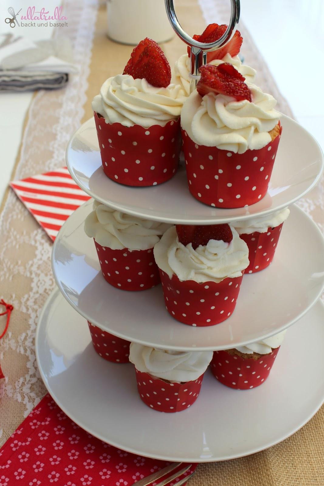 ullatrulla backt und bastelt cupcakes mit erdbeeren und sahne. Black Bedroom Furniture Sets. Home Design Ideas
