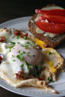 jajka sadzone z suszonymi pomidorami
