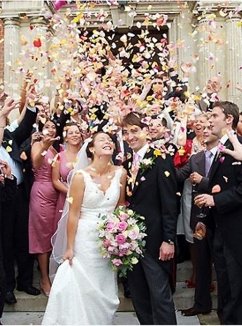 ideias-diferentes-do-tradicional-para-a-saida-dos-noivos-da-cerimonia-petalas