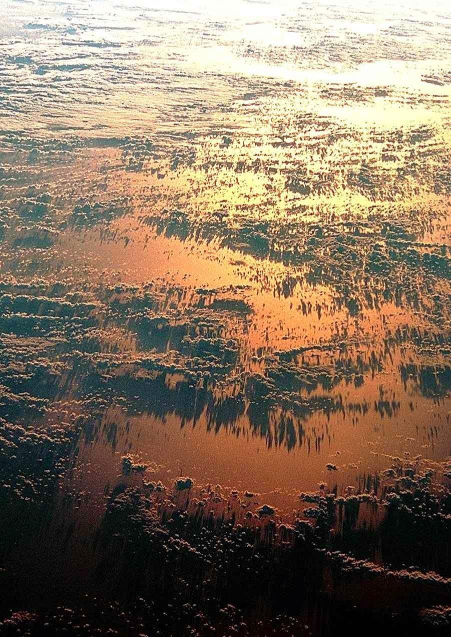 Os grandes fenômenos atmosféricos ligados aos oceanos são verdadeiros determinantes das chuvas e das secas. Foto: entardecer sobre o Atlântico desde satélite.