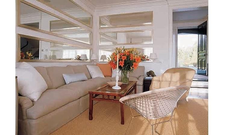 Vários espelhos em uma sala de estar