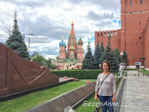 Kızıl meydanda Lenin'in mozolesi yanında, Moskova
