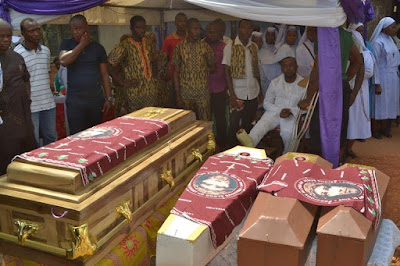 SO SAD!!! TEARS FLOWS LIKE RIVER AS ANAMBRA MAN BURIES HIS WIFE AND 3 CHILDREN ON THE SAME DAY (PAINFUL PHOTOS)