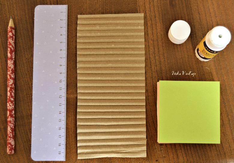 Hoy tenemos un diy muy básico, haremos una funda a nuestras notas adhesivas con cartón
