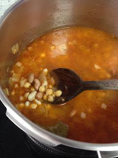 Añadir legumbres y agua