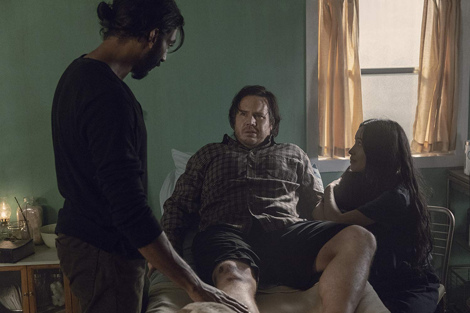 Rosita, Eugene y Siddiq en el episodio 9x09 Adaptation de The Walking Dead