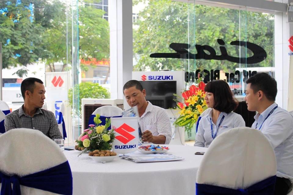 Khách hàng tham khảo xe, sản phẩm xe Celerio