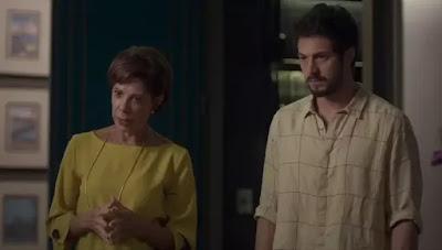 Vera (Angela Vieira) e Marcos (Romulo Estrela) contam o que aconteceu com Nana (Faviula Nascimento) — Foto: Globo