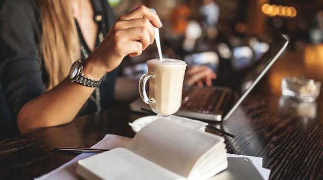 Τέλος στα open space γραφεία, έρχονται τα coffice: Τα φορητά γραφεία σε καφετέριες!