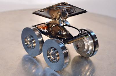 Robot hecho con discos duros reciclados