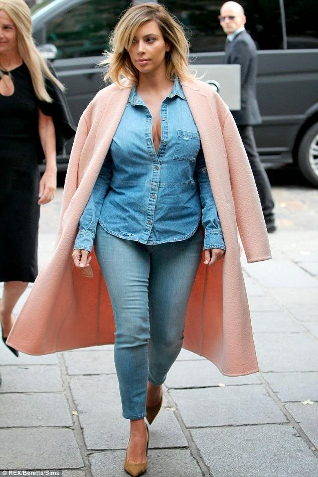Photos : Kim Kardashian shows off cleavage as she heads