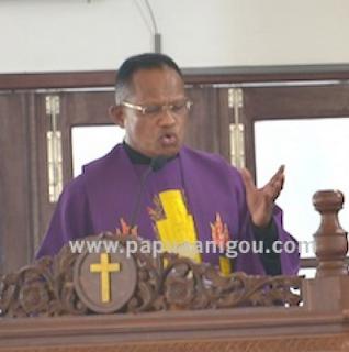 """Menko Polhukam Tuduh Gereja Berpolitik, Pastor Amandus: """"Menteri Bodoh"""""""