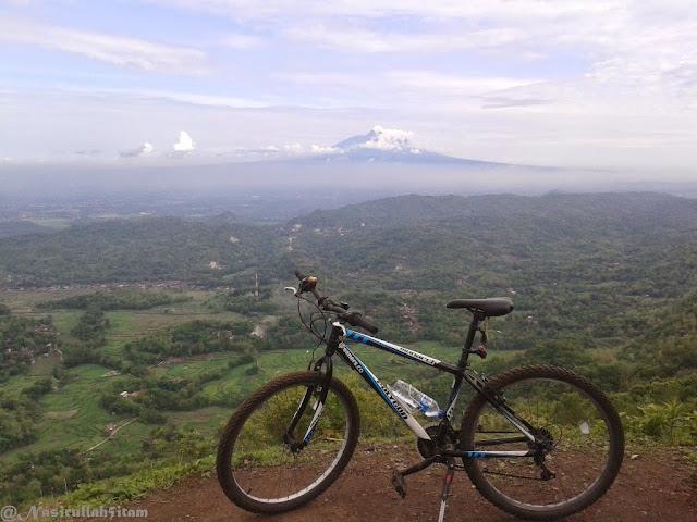 Mengabadikan sepeda di puncak Becici