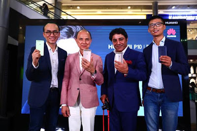 Source: Huawei Singapore. From left: Clement Wong, Director, Product Marketing, Huawei Consumer Business Group, Singapore, designer Datuk Professor Jimmy Choo OBE, MD of Leica Camera Asia Pacific Sunil Kaul and Cheng Jiangfei, Country Head of the Huawei Consumer Business Group, Singapore, at Singapore's launch of the HUAWEI P10 and HUAWEI P10 PLUS smartphones.