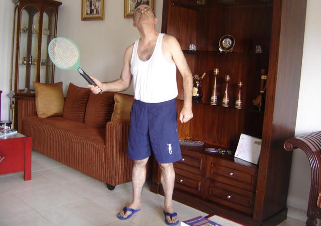 Matando mosquitos con la raqueta electrica