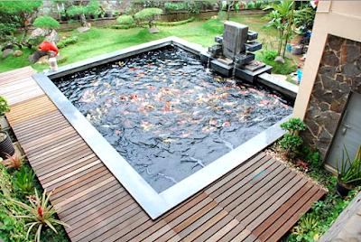 Contoh Taman Dalam Rumah Minimalis Dengan Kolam Ikan Mini dan Aksesoris lantai kayu parket