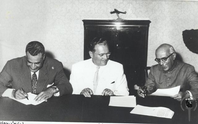 Gamal Abdul Nasser (kiri), Josip Broz Tito (tengah) dan Pandit Jawaharlal Nehru (kanan) saat konferensi Gerakan Non Blok di Belgrade (1961)