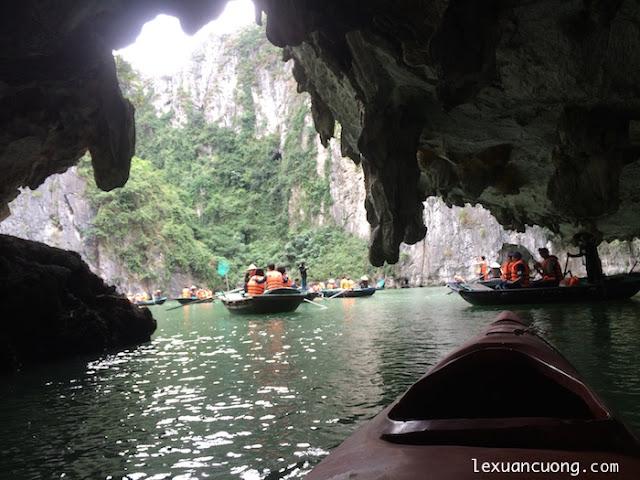 Chèo thuyền Kayak trong vịnh Hạ Long, chưa đã lắm nhưng rất vui.