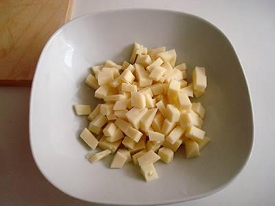 Tagliare i due formaggi.