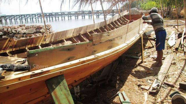 Proses pembuatan kapal kayu di Pelabuhan Mrican