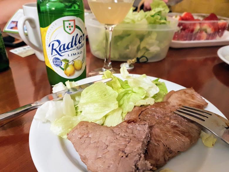 晚餐牛排加上生菜草莓,以及水果啤酒