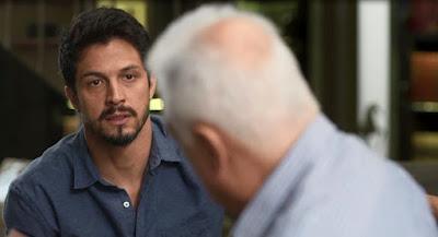 Marcos (Romulo Estrela) fica sem reação com falta de memória de Alberto (Antonio Fagundes)