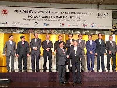 Phó tổng Giám đốc Vietjet Đinh Việt Phương và ông Naoki Sato, Giám đốc Điều hành MUL trao văn bản ký kết thoả thuận cung cấp tài chính cho 3 tàu bay A321 mới của Vietjet với sự chứng kiến của Thủ tướng Việt Nam Nguyễn Xuân Phúc.