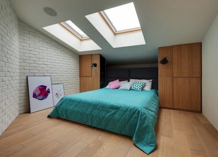 dormitorio con claraboyas