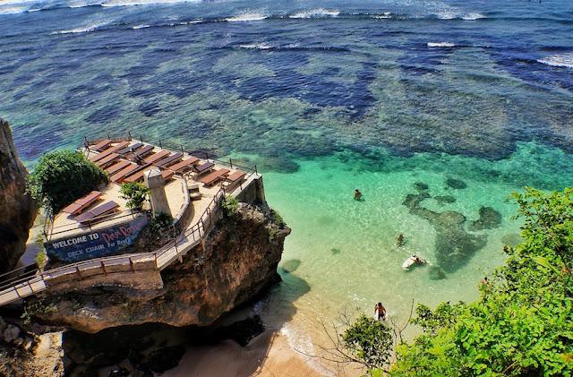Keindahan Blue Point Beach, Menikmati Pantai dari Celah Gua