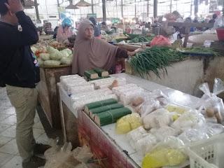 Pedagang Tahu di Pasar Jagasatru Kota Cirebon Berharap Adanya Pasokan Kedelai Lokal