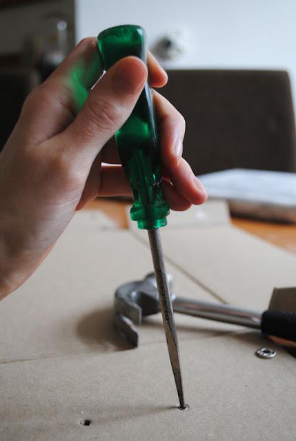Priem en hamer om labelhouder te verwijderen.