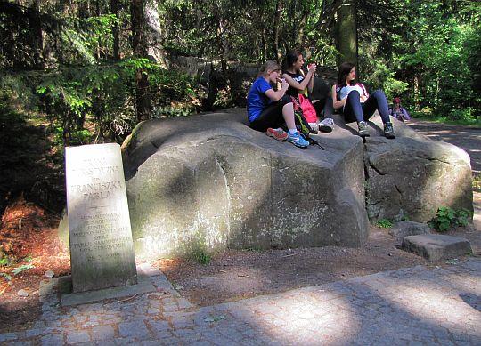 Obelisk upamiętniający Franciszka Pabla, twórcę trasy turystycznej po Szczelińcu Wielkim.