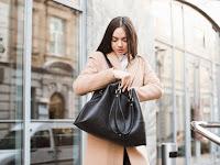 7 Benda Penting yang Harus Ada di Dalam Tas Wanita Karier