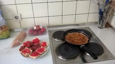 tortilla de patata, pan con tomate, jamón