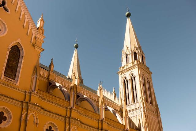 Os arcobotantes da Catedral de Curitiba