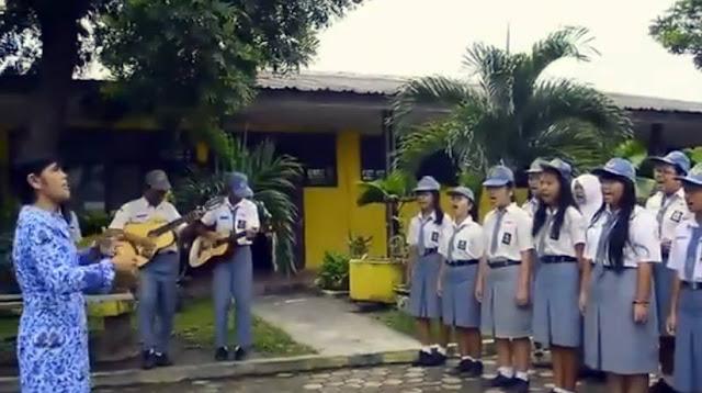 Video Viral! Dari Pelajar SMA Sewaktu Upacara Menyanyikan Sebuah Lagu Untuk Presiden RI