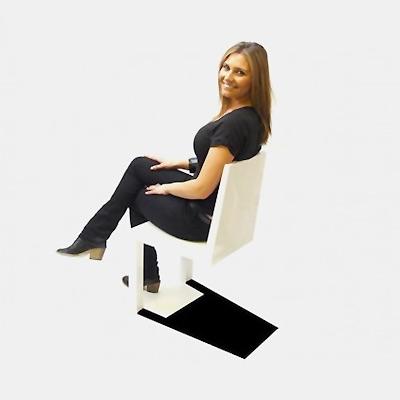 İki ayağı üzerinde duran beyaz renkli plastik bir sandalye üzerinde oturan bir bayan