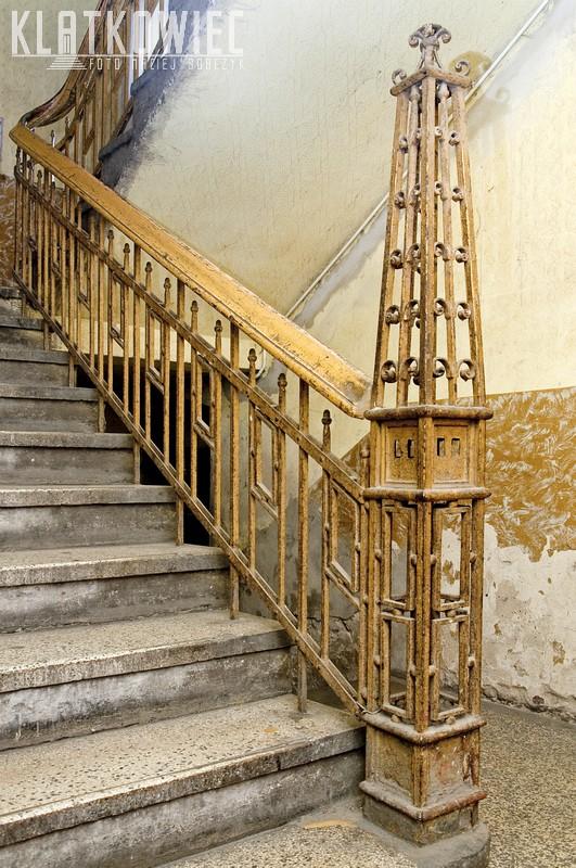 Siemianowice Śląskie. Kamienica. Wnętrze. Klatka schodowa. Metalowa balustrada.