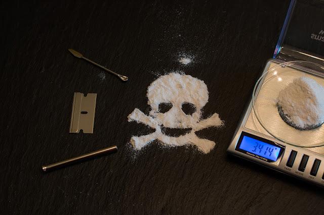 製造毒品,即是將原料經過物理及化學作用製作為成品。  運輸毒品,指將毒品自甲地(基隆)運往乙地(高雄)。  販賣毒品,具對價關係或營利目的而為轉讓毒品。